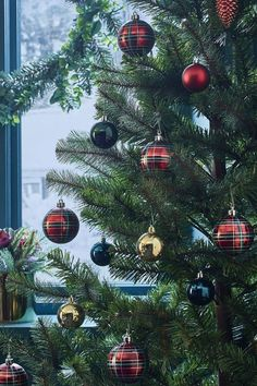 Déco de Noël 2019 : les 8 tendances à adopter Tartan Christmas, Christmas Wreaths, Christmas Crafts, Christmas Tree, Boxing Day, Cold Day, Marie Claire, Sweet Home, Holiday Decor