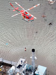 People are rescued by helicopter from a rooftop following an earthquake and tsunami in Sendai, northeastern Japan March 12, 2011. Earthquake Disaster, Japan Earthquake, Earthquake And Tsunami, Tsunami 2011, Tsunami Waves, Forgetting The Past, Sendai, Powerful Images, Kyushu