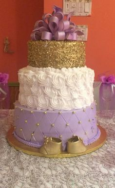 Baby shower cake idea Purple, white & gold - Noa - Baby Tips Baby Shower Color Lila, Butterfly Baby Shower, Baby Shower Purple, Baby Shower Flowers, Baby Boy Shower, Lavender Baby Showers, White Baby Showers, Royal Baby Showers, Girl Baby Shower Decorations