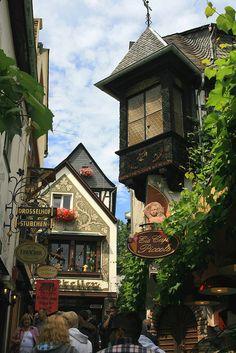 Strolling on Drosselgasse street in Rüdesheim am Rhein, Hesse, Germany   .Nós já passeamos por aqui!!