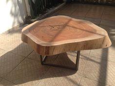 Mesa de centro com 1,10 mts de diâmetro e 45 cms de altura. Peso = 120 kgs Pés em aço com acabamento lixado e verniz.