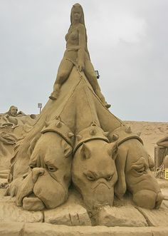 gran escultura de arte de la arena //// great sand art sculpture ~~ For more:  - ✯ http://www.pinterest.com/PinFantasy/arte-~-con-arena-sand-art/
