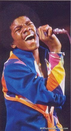 LA Forum concert / singin' his heart out. Young Michael Jackson, Michael Love, Mike Jackson, Jackson Family, The Jacksons, King Of Music, Rare Pictures, Motown, Artists