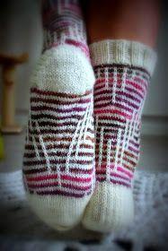 Koti männikössä: Kerrosrivinousu Ludvig Knitting Socks, Leg Warmers, Mosaic, Accessories, Knit Socks, Leg Warmers Outfit, Mosaics, Mosaic Art, Jewelry Accessories