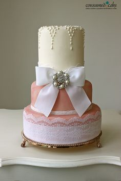 What a gorgeous cake. The pearl design on the top is so beautiful.
