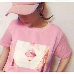 Koszulka różowa z krótkim rękawkiem i  dużym nadrukiem UST z anime/mangi na prostokątnym białym tle. Rozmiary M i L. Materiał: bawełna.