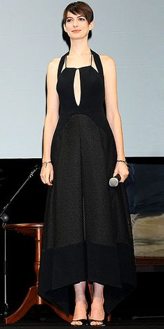 ANNE HATHAWAY Much like the plot of Les Mis, the Antonio Berardi dress Anne wears to an event for the film in Tokyo has quite a lot going on, including a keyhole cutout, sheer skirt, high-low hemline and elaborate back design. Anne Hattaway, Lil Black Dress, Fashion Fail, Most Beautiful People, Red Carpet Looks, Night Looks, Celebrity Style, Diva, My Style