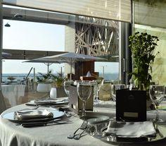 #Detalle de una mesa en el #salón para #banquetes acristalado y con #vistas al Océano Atlántico #Parador de Cádiz #centerpieces #centrodemesa #bodasenlaplaya