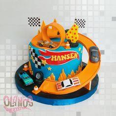 Bolo Hot Wheels, Hot Wheels Cake, Hot Wheels Party, 4th Birthday Cakes, Cars Birthday Parties, Hotwheels Birthday Cake, Race Track Cake, Wheel Cake, Hot Wheels Birthday