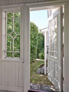 Charmigt och varsamt renoverat 1800-talshus - Stadshem Outdoor Structures, Windows, Interior, Room, House, Furniture, Home Decor, Entryway, Bedroom