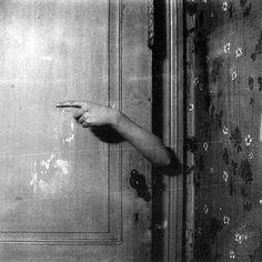 """Si leva nuovamente il sipario di 10about, selezione di fotografie capaci di raccontare e raccontarsi. Il nuovo tema è """"Le mani, una storia in un gesto"""".  Segnalaci la tua foto su: 10about@nerospinto.it  (Pic: Paul Nougé - Le bras révélateur)"""