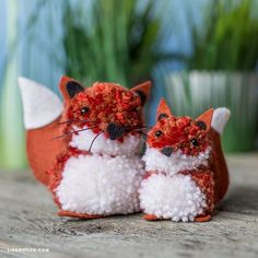 Foxy friends for the whole family! These fox pom pom pals are the perfect kid-friendly craft. Simply adorable and so easy to create! Yarn Crafts For Kids, Diy For Kids, Diy Crafts, Pom Pom Tutorial, Pom Pom Animals, Easter Fabric, Fox Kids, Pom Pom Maker, Boyfriend Crafts