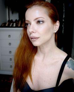 Juia Petit maquiagem com brilho para dia e noite.