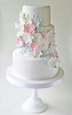 Delicada tarta de boda en tonos pastel