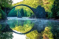 Die Rakotzbrücke im Azaleen- und Rhododendronpark Kromlau Kromlau, Sachsen