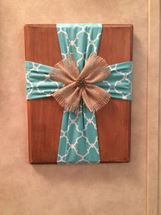 Cross Saw something like this on Facebook and had to try it! Stained a piece of wood from hobby lobby. Cut two strips of fabric and used a staple gun to secure them. Tie the middle of each strip with twine to make a gather. Add embellishment to the middle with twine. I got glued a paper clip to the back to hang it on the wall! Burlap Projects, Diy Pallet Projects, Sewing Projects, Burlap Cross, Rustic Cross, Burlap Party, Cross Wreath, Barn Wood Crafts, Cross Art