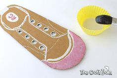 Tutorial on how to create a DIY shoe lacing cards for kids Recycled Crafts Kids, Crafts For Kids, Diy Lacing Cards, Learn To Tie Shoes, Diy Paper, Paper Crafts, Shoe Lacing, Paper Shoes, Diy Quiet Books