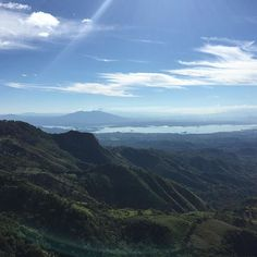 #Humedal del Embalse del Cerron Grande #suchitoto y atras del Volcan #Guazapa se aprecia el de #SanSalvador | paisaje desde #LaMontañona #elsalvador #centroamerica #turismolocal #toursv #hiking | suchitoto.tours@gmail.com