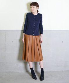 キャメルプリーツスカートに紺色カーディガン
