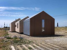 British architect Guy Hollaway used rusty steel mesh, silvery larch and grey cement fibreboard to clad this house on Dungeness beach – the only place in Britain officially classified as a desert. Dungeness Beach, Roof Design, House Design, Architecture Résidentielle, Desert Homes, Exterior Cladding, Modern Barn, Black House, Building Design