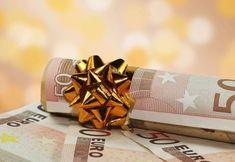 Δώρο Χριστουγέννων: Επτά στις δέκα επιχειρήσεις επισιτισμού δεν το κατέβαλαν Gift Wrapping, Gifts, Paper Wrapping, Presents, Wrapping Gifts, Gifs, Gift Packaging, Favors, Wrap Gifts