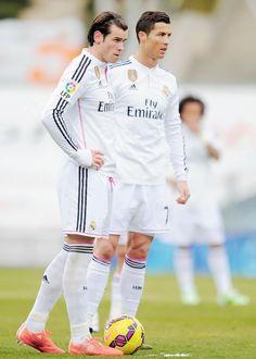 Bale and Ronaldo! Pure Football, Classic Football Shirts, Messi Vs Ronaldo, Cristiano Ronaldo 7, Garet Bale, Equipe Real Madrid, Free Kick, Soccer Boys, Football Memes