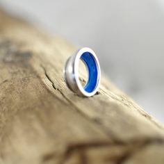 a-symetrische ring, uit de serie Bowly's, zilver met emaille.