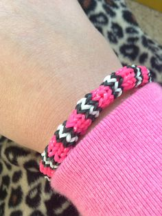 Rainbow loom hexafish on monster tail Loom Love, Fun Loom, Rainbow Loom Patterns, Rainbow Loom Creations, Loom Band Bracelets, Rubber Band Bracelet, Rainbow Loom Bands, Rainbow Loom Bracelets, Rubber Band Crafts