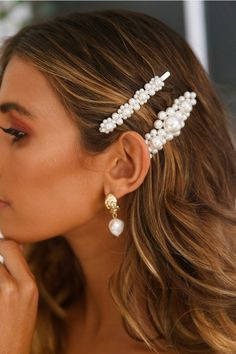 How to Style Hair Clips is part of Pearl hair clip - The hair clip trend is definitely bringing me back to when I was a kid again, and I'm not mad about it! Hair clips have been around for a hot minute now, and there's so… View Post Clip Hairstyles, Fancy Hairstyles, Wedding Hairstyles, Hairstyles 2016, Hair Inspo, Hair Inspiration, Curly Hair Styles, Hair Clip Styles, Beauty Hacks