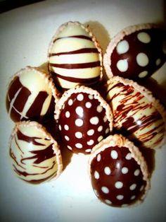 Huevos de pascua Easter Chocolate, Chocolate Factory, Love Chocolate, How To Make Chocolate, Chocolate Lovers, Chocolate Recipes, Chocolates, Sugar Eggs, Chocolate Decorations