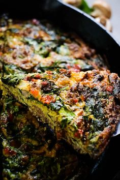 This healthy crustless spinach quiche is a great Paleo + Whole 30 breakfast option! Simple ingredients and easy prep make this the perfect recipe for a brunch. Protein packed and filling, this will be a new go-to healthy crustless spinach quiche recipe! Easy Whole 30 Recipes, Paleo Recipes Easy, Healthy Eating Recipes, Healthy Cooking, Real Food Recipes, Paleo Quiche, Spinach Quiche Recipes, Whole 30 Breakfast, Paleo Breakfast