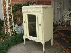 Love the color of this Victrola cabinet!!