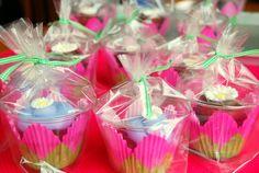 cupcake cellophane bags | portable cupcakes 3 300x201 Adorable cupcakes to go