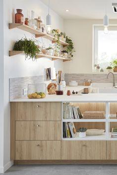Lieu de convivialité par excellence, surtout quand elle est ouverte, la cuisine doit avant tout être bien équipée, ergonomique et disposer de nombreux rangements. Mais comment lui donner un style unique et harmoniser mais aussi fonctionnel et pratique ? Il suffit d'une dominante de blanc et de bois clair, de touches minérales et d'étagères décoratives pour inscrire la cuisine dans une ambiance nature et zen qui transforme tout l'espace. Découvrez comment aménager cette cuisine chaleureuse. Floating Shelves, Zen, Unique, Dress, Home Decor, U Shaped Kitchen, Everything, Ceramic Vase, Dresses