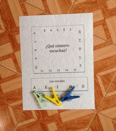Printable clothespin activities to teach vowel sounds, numbers and simple math in Spanish. Spanish Lesson Plans, Spanish Lessons, Spanish Teacher, Spanish Classroom, Spanish Language Learning, Teaching Spanish, Spanish Activities, Spanish Games, Listening Activities