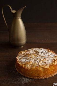 Ingrediënten: - 115 g boter, op kamertemperatuur - 115 g fijne kristalsuiker - 3 eieren, gesplitst - 2 el melk of sinaasappelsap - 1 tl vanille extract - ½ tl amandelextract - gesraspte schil van 1