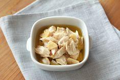 《ペッパーガーリックささみフレーク》■鶏ささみ肉5本 にんにく2片10g 水50cc コンソメ1個 オリーブオイル150ccこしょう小さじ1/4 ●鍋に薄切りにしたにんにく、水、コンソメを入れて中火にかけ、コンソメが溶けたら鶏ささみ肉、オリーブオイル、こしょうを加え時々アクをすくいながら弱火で15分煮る。 ●火を止めて粗熱が取れたら鶏ささみ肉をフォークなどで粗めほぐす。※そのままごはんにのせて食べるほか、おにぎりの具やサンドイッチの具、マリネなどにも。