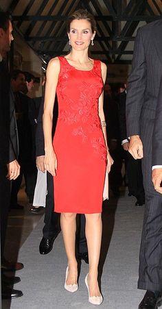 La Princesa Letizia con vestido tipo cóctel en tono carmesí con aplicaciones de flores en guipur firmado por Felipe Varela.