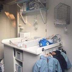 puslebord, inspiration til puslebordet, ergonomisk puslebord, pusleplade, indret puslebord, pusleplads, mor, børneværelse, babyværelse, mamawise, mamawise.dk, mor, baby, indret babyværelse, minimalistisk, plexiglas pusleplade, pusleplade,