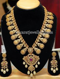 Indian bridal jewellery. Gold long chain.