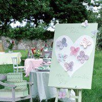 Un plan de table haut en couleurs présenté sur un chevalet - Marie Claire Idées