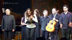 Maria Toledo y el resto de colaboradores despidiéndose del público al finalizar el concierto