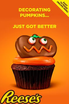 Get into the Halloween spirit with these REESE'S Pumpkin chocolate cupcakes. A fun activity for kids that combines baking and crafts. Get creative and decorate REESE'S chocolate and peanut butter pumpkins with the whole family. A festive treat for the Halloween season. Get the recipe! Cute Desserts, Halloween Desserts, Halloween Food For Party, Halloween Cupcakes, Halloween Season, Halloween Treats, Dessert Recipes, Halloween Face, Brownie Cupcakes