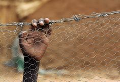 vluchtelingen proberen te vluchten en zoeken naar hulp, gaas houd de vluchtelingen tegen. Dit probeer ik bij deze opdracht ook uit te beelden, mensen rond syrië moeten vluchten. Uit het de put komen handen, die symboliseren voor de vluchtelingen. UPDATE: Ook dit ga ik niet meer doen.