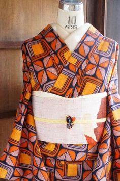 オレンジ×ブラウンのミッドセンチュリーモダンファブリックのようなウールの単着物 - アンティーク着物/リサイクル着物のオンラインショップ ■□姉妹屋□■ どこか近未来的なスタイリッシュムードと、ノスタルジックな温かみが調和したレトロフューチャーな色とデザインは、個性的ですが奇抜...