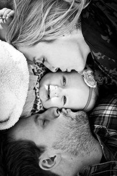 graues foto von mutter, vater und baby