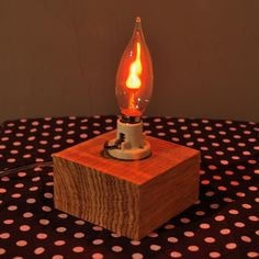 Luminária feita com madeira(itaúba) e lâmpada que imita fogo.