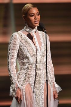 Pin for Later: Beyoncé Fait une Apparition Surprise aux Grammys et S'adresse à Ceux Qui L'ont Critiquée