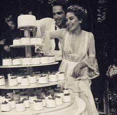 Yılın en çık konuşulan ismi Neslihan Atagül bu kez sezona damga vuracak zarif ve şık gelinliği ile tüm dikkatleri üzerine çekmeyi başardı. Wedding Proposals, Wedding Couples, Cute Couples, Wedding Dinner, Wedding Make Up, Dream Wedding, After Wedding Dress, Wedding Styles, Wedding Photos