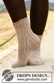"""Sandwave - Knitted DROPS socks with cables in """"Fabel"""". - Free pattern by DROPS Design Crochet Socks, Knitting Socks, Hand Knitting, Knitting Patterns, Knit Crochet, Finger Knitting, Scarf Patterns, Knitting Tutorials, Knit Cowl"""